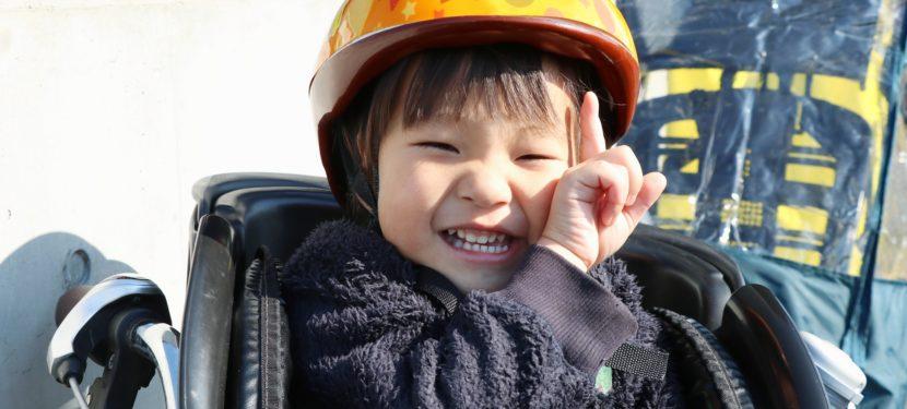 自転車同乗の際は、必ずお子さんにヘルメットの着用を