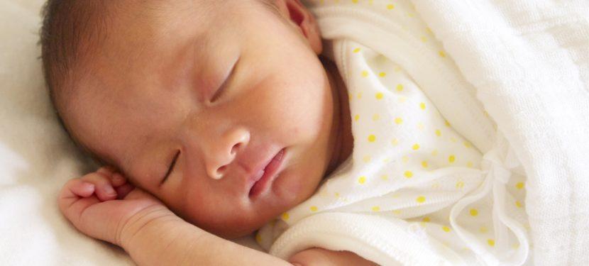 赤ちゃんの安全な睡眠環境〜心地よい眠りとSIDSや窒息の予防のために